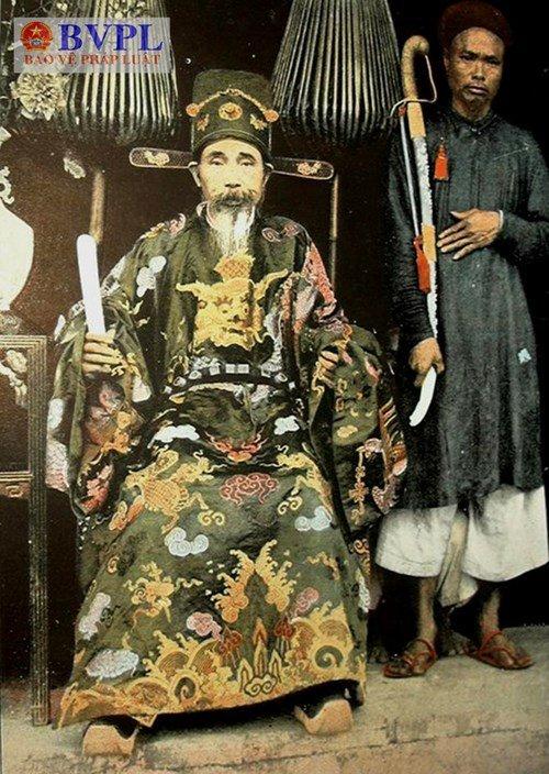 Ảnh chụp quan lại nhà Nguyễn đội Phốc mặc triều phục